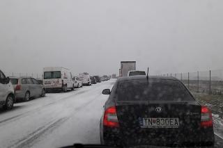 Na R1 za Čaradicami vsmere do Zlatých Moraviec havarovalo niekoľko áut.