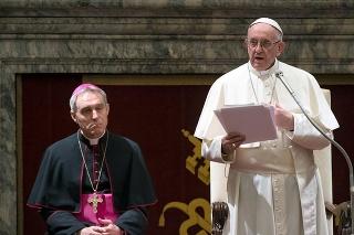 Pápež František počas prejavu k členom Rímskej kúrie.