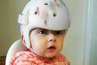 Princezná s prilbou: Malá šibalka ju musí mať stále na hlavičke.