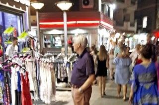 Herec s manželkou sa prechádzali po rušnom korze.