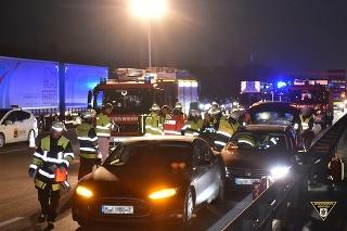 Hrozivo vyzerajúca nehoda mohla dopadnúť oveľa horšie, nebyť obetavosti vodiča Tesly.