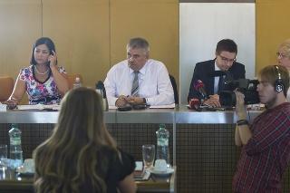 Zľava predsedníčka Výboru NR SR pre ľudské práva Erika Jurinová, minister práce Ján Richter, generálny riaditeľ Ústredia práce, sociálnych vecí a rodiny SR Marián Valentovič a detská ombudsmanka Viera Tomanová.