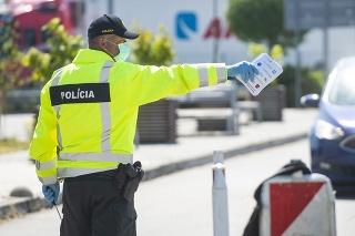 Policajná kontrola občanov na hraničnom priechode.