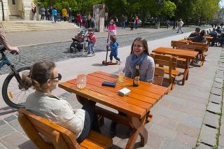 Hlavná ulica v Košiciach, otvorené vonkajšie letné terasy reštaurácií a ďalších podnikov 7. mája 2020.