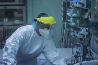 Zdravotná sestra sa stará o pacienta s ochorením Covid-19 na jednotke intenzívnej starostlivosti.