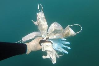 V mori pri Azúrovom pobreží našli množstvo tvárových masiek či gumených rukavíc.