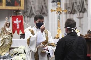 Prísne hygienické nariadenia sa musia dodržiavať aj v kostoloch (ilustračné foto).