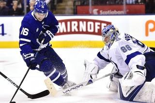 Mitchell Marner (vľavo) z Toronta Maple Leafs je najlepšie zarábajúcim hráčom aktuálnej sezóny v NHL.