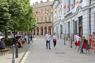 Stará tržnica, Bratislava, 9.5.2020; V polovici marca bolo v uliciach hlavného mesta ľudoprázdno, teraz sa tam vracia život.