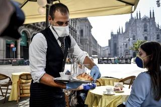 Otvorený bar pred katedrálou 18. mája 2020 v Miláne.