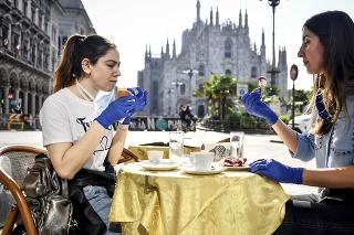 Zákazníčky počas raňajok v bare pred katedrálou 18. mája 2020 v Miláne.