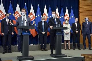Zľava v popredí predseda vlády SR Igor Matovič a minister financií SR Eduard Heger