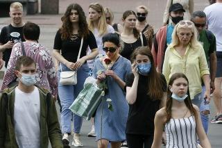 Ľudia na ulici v ukrajinskom Kyjeve.