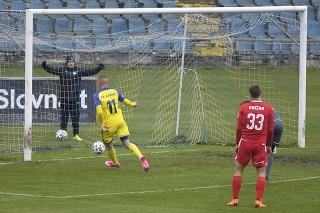 Na snímke vľavo stredopoliar Košíc Boris Gáll strieľa prvý gól.
