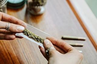 Zákonodarci začali tému vysokých trestov za fajčenie trávy riešiť pre rozsudky súdov, ktoré ukladajú 10 a viac rokov za mrežami za opakovanú držbu marihuany.