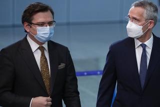 Ukrajinský minister zahraničných vecí Dmytro Kuleba a generálny tajomník NATO Jens Stoltenberg