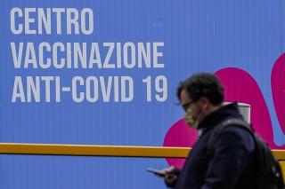 Muž kráča pred zatvoreným vakcinačným centrom v Ríme.