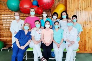 Časť tímu skvelých zdravotníkov, ktorý počas pandémie COVID-19 postavil v našej nemocnici na nohy už stovky ľudí.