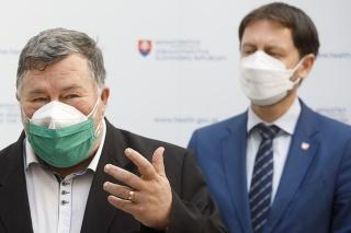 Člen konzília odborníkov Jozef Šuvada, infektológ Vladimír Krčméry a zastupujúci minister zdravotníctva Eduard Heger počas tlačovej konferencie