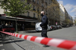 Strelec s kuklou na hlave vystrelil niekoľko rán a následne ušiel na dvojkolesovom dopravnom prostriedku.