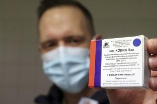 Lekárnik drží škatuľu s vakcínami Sputnik V, ktoré bude použité počas očkovania prvou dávkou v lekárni v maďarskom Miškovci.