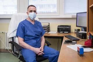 Za pracovným stolom: Primár Hložník sa ubezpečuje, že naši pacienti dostávajú  úplne rovnakú liečbu, ako pacienti v iných rozvinutých krajinách.