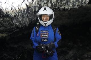Slovenská astrobiologička Michaela Musilová pózuje počas skúmania lávového tunelu na Havaji.