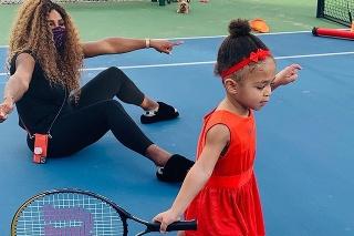 Malá Olympia už navštevuje hodiny tenisu.