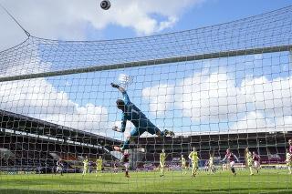Futbalisti Newcastlu United v bránke s Martinom Dúbravkom zvíťazili na pôde FC Burnley 2:1.