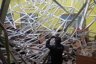 Miestny novinár natáča materiálne škody v triede školy po silnom zemetrasení, ktoré postihlo indonézske mesto Malang v sobotu 10. apríla 2021.