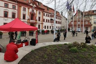 Na snímke ľudia protestujú za sprísnenie protiepidemických opatrení v rámci hnutia Zero Covid (Nula Covidu) v nemeckom meste Erfurt v sobotu 10. apríla 2021.