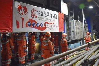 Záchranári v Číne sa pokúšajú vyslobodiť 21 baníkov.