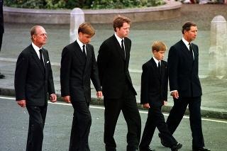 Princ Phillip kráčal spolu s vnukmi Williamom a Harrym za rakvou ich matky princeznej Diany.