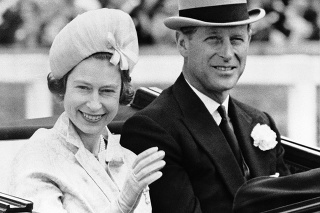Britský kráľovský pár na archívnej snímke z roku 1962
