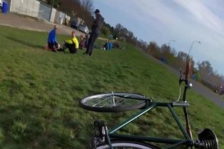Ivor sa s kamarátmi vybral na bicykel a čistiť skládku.