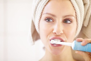 Elektrické zubné kefky zlepšujú stav ďasien.