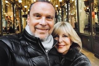 Speváčka si spolu s manželom Štefanom užíva prechádzky.