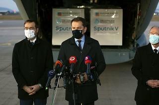Spartan priviezol 200-tisíc vakcín z Ruska. Na letisku zásielku vítali minister Krajčí (vľavo), premiér Matovič a infektológ Jarčuška.