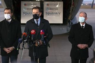 Na letisku okrem premiéra Matoviča vítali vakcínu aj minister Krajčí (vľavo) a infektológ Jarčuška.