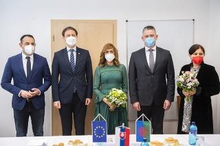 Zľava poslanec Európskeho parlamentu Pollák, premiér Heger, splnomocnenkyňa vlády pre rómske komunity Bučková, minister vnútra Mikulec, štátna tajomníčka ministerstva kultúry Kumanová počas stretnutia pri príležitosti Medzinárodného dňa Rómov