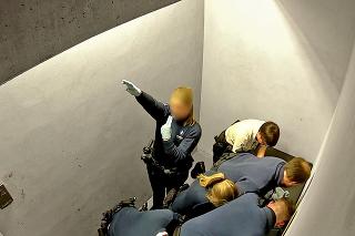 Letisko Charleroi, 24.2.2018 o 5.01 hod.: Policajtka pri brutálnom zásahu hajlovala a jej kolegovia sa smiali.