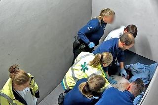Jeden z belgických policajtov kľačal Slovákovi na hrudi 16 minút.