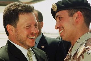 Na archívnej snímke z 2. apríla 2001 jordánsky kráľ Abdalláh II. (vľavo) a jordánsky princ Hamza (vpravo) v Ammáne