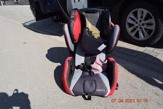 Majka vypadla z auta počas jazdy v neukotvenej autosedačke a kĺzala sa približne15 metrov.