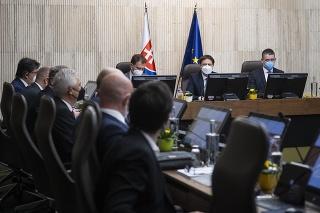 Sprava minister vnútra  Roman Mikulec, premiér Eduard Heger a podpredseda vlády a minister financií Igor Matovič