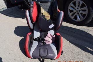 Dvojročné dievčatko malo sedieť na zadných sedadlách v autosedačke a vypadnúť spolu s ňou za jazdy z idúceho auta.