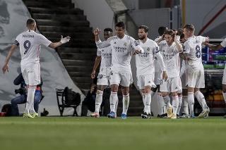 Hráči Realu Madrid oslavujú druhý gól Marca Asensia v zápase štvrťfinále Ligy majstrov Real Madrid - FC Liverpool v Madride 6. apríla 2021.