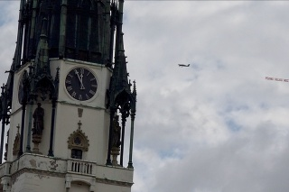 Nad mesto s najvyššou kostolnou vežou na Slovensku sa vznieslo lietadlo s dlhým transparentom.