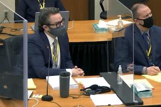 Na videosnímke vľavo obhajca Eric Nelson a obžalovaný, bývalý policajný dôstojník  Derek Chauvin, počúvajú sudcu Petra Cahilla na súde 11. marca 2021 v Minneapolise.