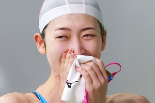 Japonská plavkyňa Rikako Ikeeová reaguje po absolvovaní pretekov na 50 metrov voľným spôsobom na plaveckom podujatí v Tokiu 29. augusta 2020.